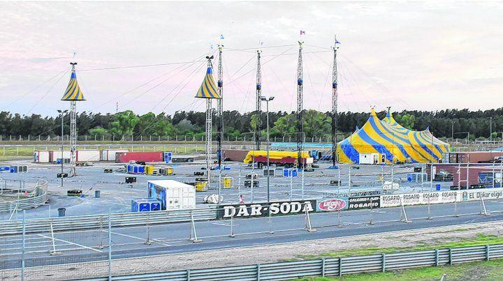 en el playón. Los cuatro mástiles más altos servirán para levantar la gran carpa que albergará a 2500 personas. Alrededor