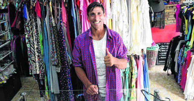 En su pilchería.El 9 del charrúa se puso la camisa con los colores azul y rojo del club de barrio Tablada.