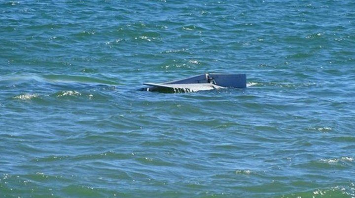 En el agua.La avioneta se hundió cerca de la orilla en la Playa Mansa de Punta del Este.