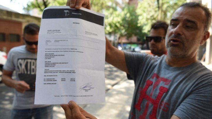 indignado. Uno de los damnificados muestra el recibo de lo que pagó por un viaje que no se concretará.