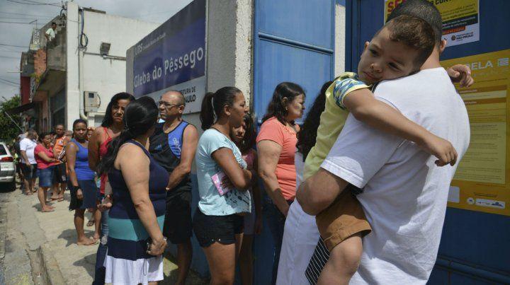 Espera sin fin. Los centros de vacunación reciben apenas 500 dosis por día y se ven desbordados.