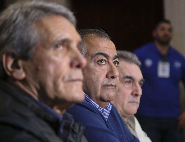 Héctor Daer (centro) profundizó sus diferencias con Carlos Acuña y Juan Carlos Schmid.