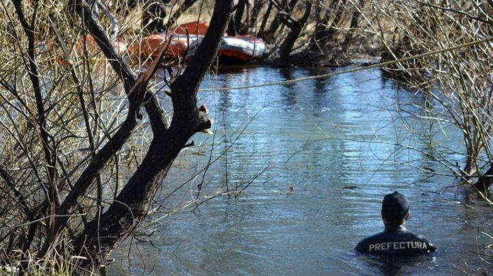 Clave. La lona oculta el lugar del río Chubut donde hallaron el cuerpo.