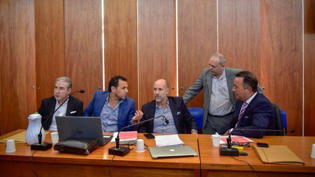 Los abogados defensores poco antes de reanudarse los debates.