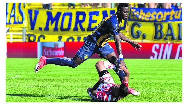 Choque. Oscar Cabezas se lleva puesto al jugador de Unión. Terminó con amarilla.