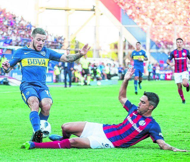 Al límite. Caruzzo va al piso para cortar el ataque del uruguayo Nández. El clásico entre San Lorenzo y Boca tuvo más ataques de pánico que fútbol.
