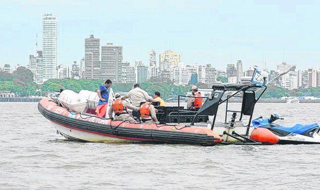 Intensa búsqueda. Los efectivos de Prefectura Naval hallaron el cuerpo  13 kilómetros río abajo del sitio del hundimiento de la piragua.