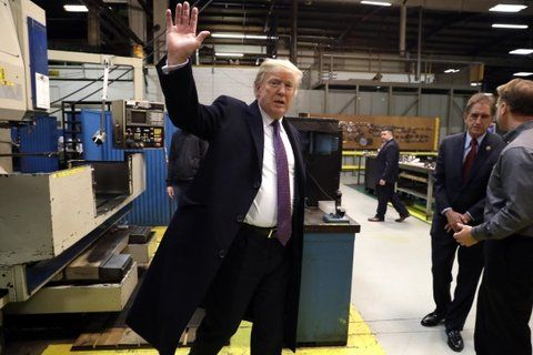 respira. El primer mandatario estadounidense saluda durante la visita a una planta fabril de Cincinati.