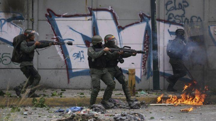 a tiros. La represión de la Guardia Nacional en  Caracas el pasado 22 de julio. El chavismo aplastó a sangre y fuego las  protestas opositoras.