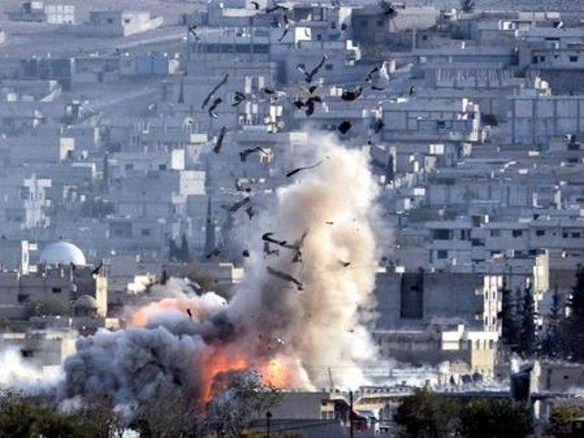 explosión. Una bomba aérea estalla ayer en el casco urbano de Dair as Saur