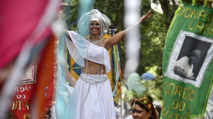 río de janeiro. Las bailarinas de las comparsas llenan de color y color al Carnaval más famoso del mundo.