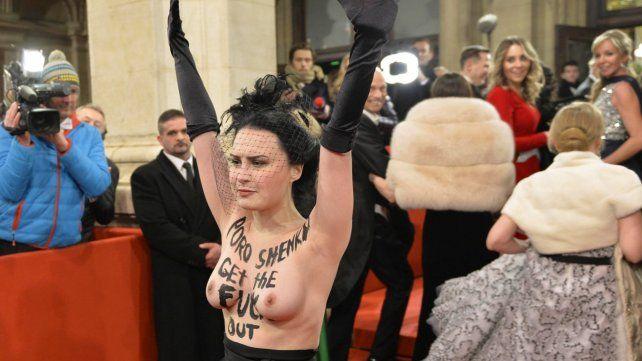 La activista fue desalojada de la Ópera de Viena por personal policial.