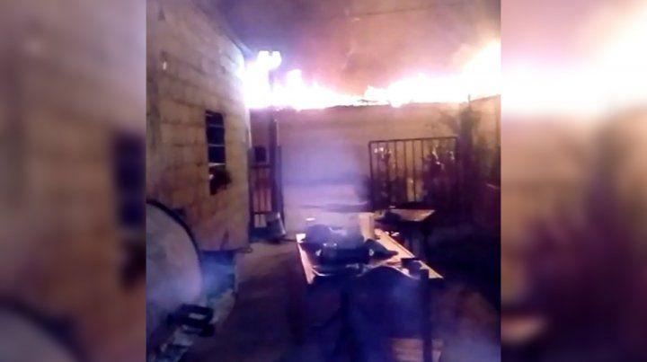 En llamas. El incendio se desató en el sector de cocinas del camping que limita con Pérez.