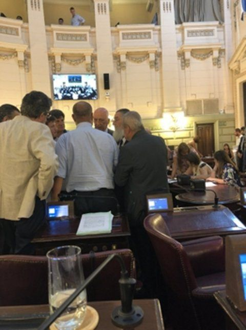 pacto. Ayer legisladores de distintos bloques terminaban de sellar el respaldo al acuerdo fiscal aprobado.