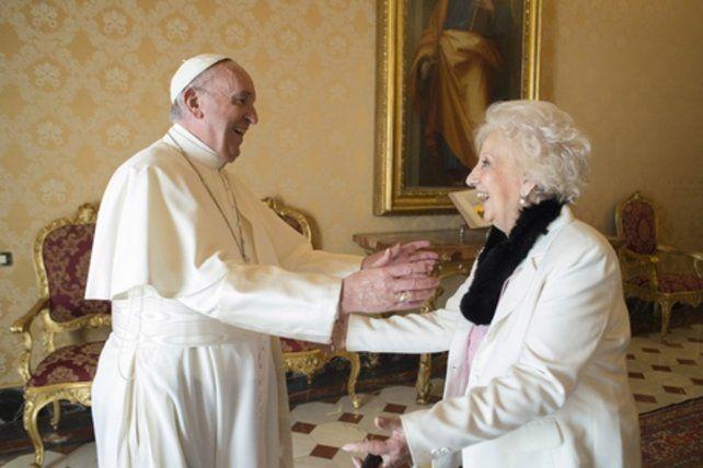 alegría. Francisco recibió por tercera vez en Roma a Estela de Carloto.