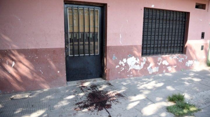sangre. Un manchón quedó en la vereda de la casa donde vivía Pablo Riquelme con su mujer y tres hijos.