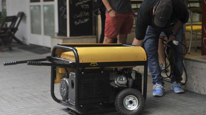 Generadores. Los grupos electrógenos volvieron a verse en las calles rosarinas.