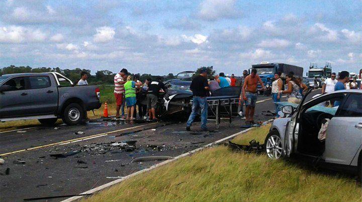 Cuatro muertos y al menos dos heridos graves al chocar dos autos en la ruta a Victoria