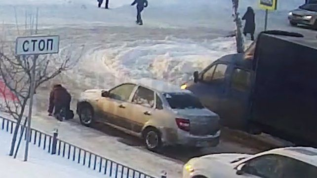 Vio a una mujer caer en la nieve y en lugar de ayudarla, la atropelló