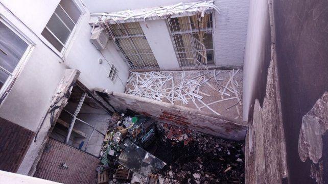 Secuelas. Así quedó el depósito de la verdulería. El incendio afectó las viviendas linderas.