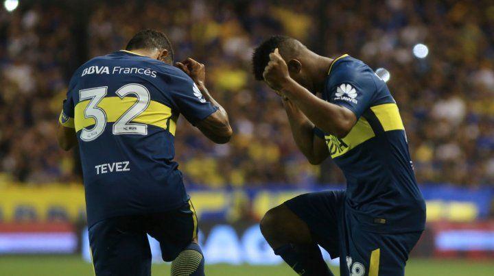 Ritmo cafetero. Tevez y Fabra festejan tras el gol del colombiano.