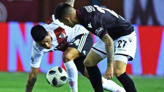 Luchado. Enzo Pérez y Gabriel Carrasco pelean por la pelota en el mediocampo.