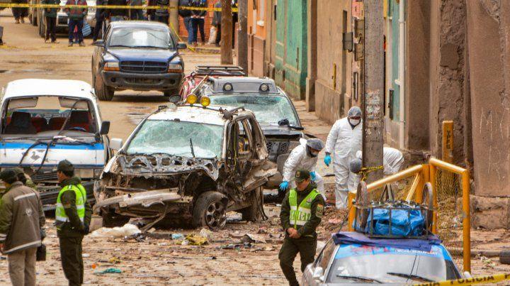 Escenario. Policias inspeccionan el lugar donde ocurrió la detonación.