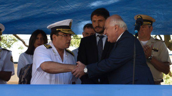 Saludo. Lifschitz felicita a Villanúa ante la atenta mirada de Pullaro.