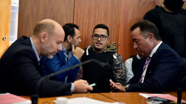 Juntos. El acusado Guille Cantero rodeado por sus abogados Adrián Martínez