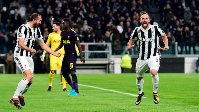 Grita con fuerza. Higuaín celebra con intensidad uno de los tantos que marcó y que le daba el triunfo transitorio a Juventus.