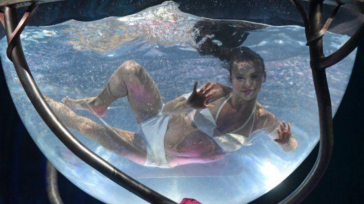 Una de las artistas del circo canadiense se sumerge en una cápsula.