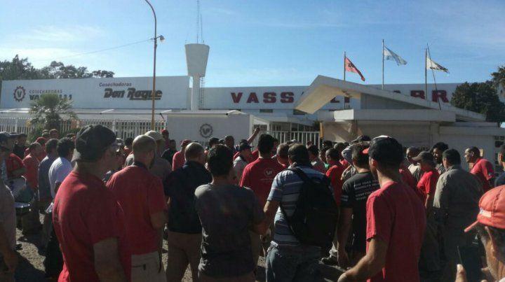 Trabajadores de Vassalli cortan la ruta en reclamo del pago de salarios