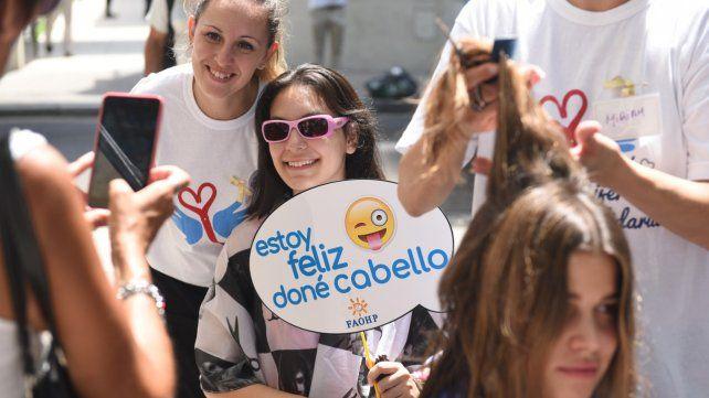 Actos solidarios. Hubo donación de cabello en la plaza Pringles.