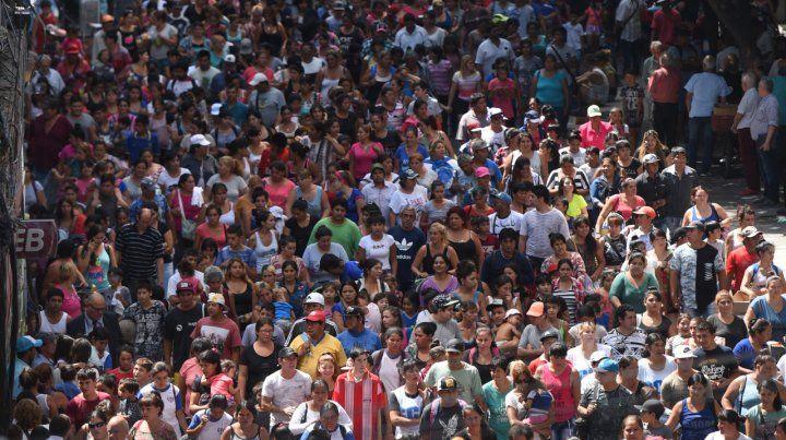 Masiva. Una multitudinaria columna marchó por las calles céntricas ayer.