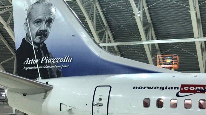 Norwegian. El avión lleva estampada la imagen del músico Astor Piazzolla.