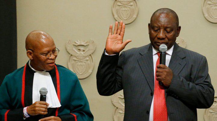 investido. Ramaphosa jura ante el titular del Tribunal Constitucional.