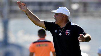 Sigue. El Chocho Llop confirmó que continuará en su cargo pese a la derrota ante San Lorenzo.