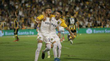 Grito de gol. Maxi González celebra junto a López Pissano el primer gol canalla.