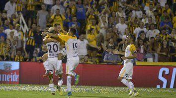 Andrés Lioi acaba de marcar su segundo tanto, el tercero de Central, y sus compañeros festejan.