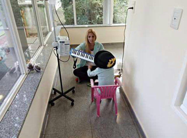 Involucramiento. Gisela Pavé Glerean recorre todos los martes el micromundo hospitalario poniendo sonrisas entre tubos y sondas.