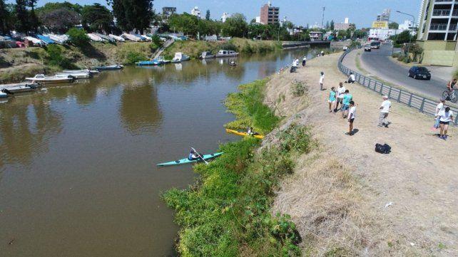 A la obra. Los voluntarios limpiaron márgenes y superficie del arroyo.