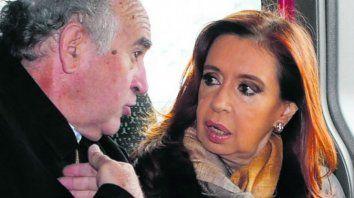 En el aire. Parrilli y Cristina, escrachados con escuchas judiciales.