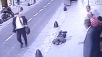 Un día de furia. El abodado y ex militar Silvio Martinero, de traje, corre armado y no auxilia al cerrajero caído.