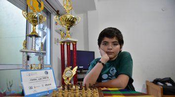 Campeón Sub 14. Juan Martín Ibarra, el mejor de su categoría en Argentina, junto a sus dos últimas copas.