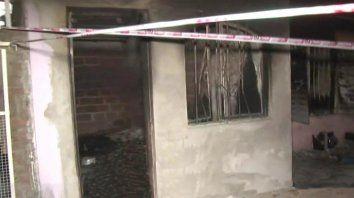 Vecinos prendieron fuego la casa del presunto homicida de los jóvenes en Puente Gallego