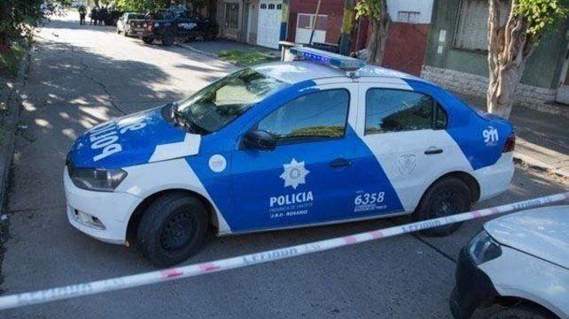 En el lugar. La policía cortó la calle donde se produjo la emboscada para buscar pruebas del episodio.