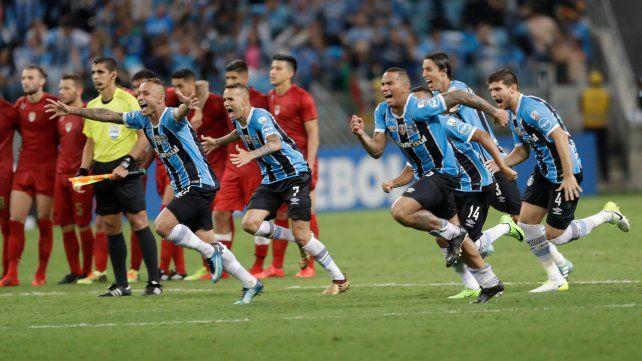 Contraste. Benítez erró el quinto penal y los jugadores de Gremio arrancan el festejo.