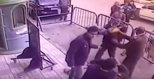 Un policía egipcio arriesgó su vida para salvar a un niño que cayó desde un balcón.