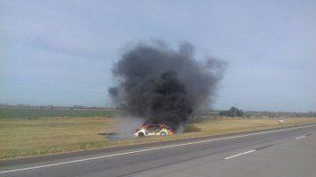Investigan el incendio de un auto en la autopista a Córdoba