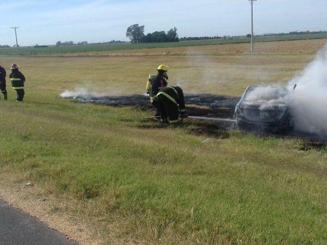 Investigan el incendio total de un auto en la autopista a Córdoba